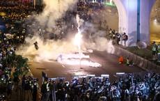 """Quốc huy bị vấy bẩn phải thay giữa đêm, TQ """"sôi gan"""" thề ăn thua đủ với người biểu tình Hồng Kông"""