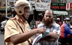 Người nước ngoài bỏ xe khi bị CSGT xử phạt ở Sài Gòn