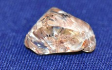 Người phụ nữ tìm thấy viên kim cương màu vàng 3,72 carat khi đang xem video trên YouTube về... cách tìm kim cương