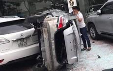 Ô tô húc tung cửa kính tầng 2 showroom rơi xuống đất, trúng xe khác phía dưới