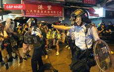 NÓNG: Xuất hiện một người đàn ông vẫy cờ Trung Quốc trước đồn cảnh sát Hồng Kông, không khí vẫn rất căng thẳng