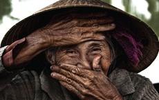 Khoảnh khắc lấy tay che miệng cười và hành trình trở thành cụ bà Việt đẹp nhất thế giới
