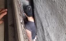 Vụ việc hy hữu gây xôn xao MXH: Người đàn ông mắc kẹt giữa khoảng không của 3 ngôi nhà