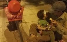 Người đàn ông đút cháo cho con nhỏ trên vỉa hè phố Hà Nội và câu chuyện không ngờ phía sau