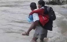 Quảng Nam: Cha cõng con băng dòng nước lũ cuồn cuộn đến trường