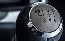 Khi xe đang đi, vào nhầm số lùi có ảnh hưởng đến động cơ không?