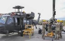 Lính Mỹ tháo tung trực thăng Black Hawk để lau chùi rồi lắp lại gọn gàng, vẫn bay tốt