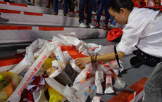 Hình ảnh đẹp: CĐV Việt Nam nán lại khán đài SVĐ Philippines để nhặt rác sau chiến thắng vàng của thầy trò HLV Park Hang Seo