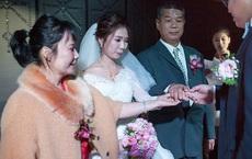 Ngày cưới, bố vợ đại gia chỉ tặng con gái đôi nhẫn cỏ song câu nói của ông với chàng rể lại làm mọi người nghẹn ngào