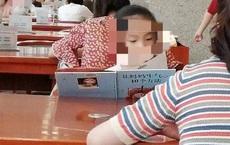 Bé gái say sưa đọc sách trong thư viện, ai cũng khen chăm chỉ nhưng nhìn đến tên sách thì cười chảy nước mắt, thương thay cho người mẹ