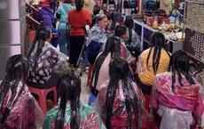 """Bức ảnh chị em ngồi chật tiệm tóc chờ làm đẹp, độ dài mái tóc khiến tất cả """"choáng váng"""""""
