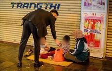 Đêm Giao Thừa nhìn thấy hình ảnh ba mẹ con bên đường, hai chiếc ô tô đỗ lại và có hành động ấm lòng
