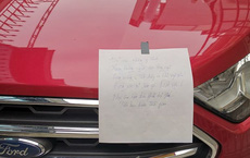 """Đỗ xe giữa ngõ, tài xế nhận ngay một tờ giấy cảnh báo: """"Phải trả giá bằng tiền và thời gian"""""""