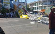 Cổng chào bằng thép tại ngã 4 ở Sài Gòn bị gió quật ngã, đè 2 người bị thương
