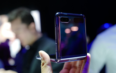 Trên tay Galaxy Z Flip - chiếc smartphone gập dọc bằng kính dẻo, giá 1.380 USD