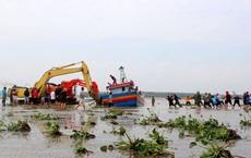Cả làng hò nhau ra kéo tàu cá bị chìm dưới biển