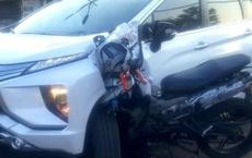 Xe máy cắm chặt vào đầu ô tô, xi nhan của xế hộp vẫn còn bật - hiện trường tai nạn gây ám ảnh