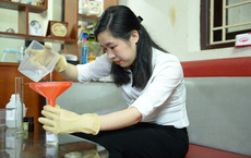 Nữ kỹ sư pha chế hàng trăm lọ dung dịch nước rửa tay khô phát miễn phí để phòng dịch Covid-19