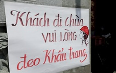Khách đi chùa ngày Rằm tháng Giêng ở TP Hồ Chí Minh được khuyến cáo đeo khẩu trang, xịt khuẩn
