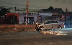 Ô tô du lịch nát đầu sau cú tông dải phân cách cứng, tài xế chết kẹt trong xe