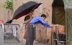[Ảnh] Đội mưa gửi đồ tiếp tế cho người thân trong khu cách ly Pháp Vân - Tứ Hiệp