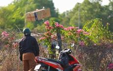 Sau lệnh cấm, nhiều người vẫn lén ném đồ tiếp tế qua hàng rào ở KTX ĐH Quốc gia TP. HCM