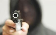 VIDEO: Hai thanh niên nghi dùng súng khống chế nhân viên Bách Hoá Xanh ở Sài Gòn cướp tài sản