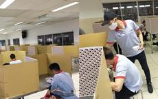 """Thanh niên khoe nhà ăn """"không đụng hàng"""" của công ty: Dựng bìa các - tông để nhân viên ngồi ăn riêng tránh dịch"""
