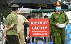 [Ảnh] Công an đặt barie, biển cách ly trước cổng, nhân viên BV Bạch Mai đợi lấy nước sạch trong khuôn viên BV