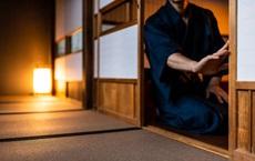 Để vật nặng lên rồi bảo 3 con trai đi qua cửa, bậc thầy kiếm pháp dạy con bài học sâu sắc