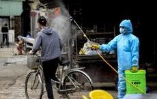 Cảnh phun tiêu trùng, khử độc xóm có người dương tính lần 1 SARS-CoV-2 sau khi khám ở BV Bạch Mai 23 ngày trước