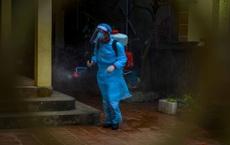 [Ảnh] Đi từng nhà, rà từng ngõ phun tiêu trùng khử độc nơi 2 bệnh nhân mắc COVID-19 sinh sống