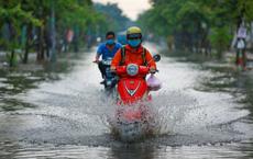 """Đường Sài Gòn ngập sâu sau cơn mưa lớn """"giải nhiệt"""" kéo dài 30 phút"""