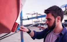 Được nhờ sơn thuyền, người thợ tiện tay làm thêm 1 việc, hôm sau chủ thuyền mang quà quý đến tặng
