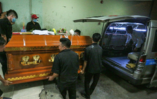 Thân nhân 10 người bị vùi chết khi tường sập: 'Anh Đẹp đi để lại 2 con thơ. Xóm 4 người làm thì 2 đã mất'
