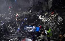NÓNG: Máy bay Pakistan rơi xuống nhà dân, trên khoang chở hơn 100 người