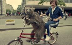 """Cụ bà làm đường, gấu đạp xe """"chở"""" con người: Những hình ảnh huyền thoại """"chỉ có ở Liên Xô"""""""