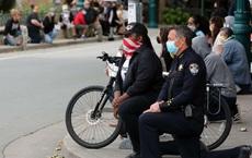 Cảnh sát trưởng Mỹ quỳ gối cùng người biểu tình