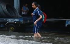 [ẢNH] Người Sài Gòn lại bì bõm trên những con đường ngập nước để về nhà sau mưa lớn