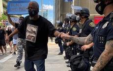 """RIA: Soi bức ảnh chụp cử chỉ thiện chí của người biểu tình và cảnh sát Mỹ, phát hiện """"đặc vụ Nga""""?"""