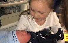 Gặp em trai mới sinh, cô chị 5 tuổi phán câu xanh rờn khiến cả nhà choáng váng
