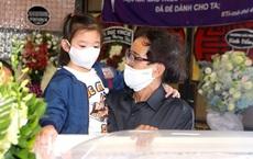Đứng bên di ảnh của mẹ, con gái Mai Phương ngơ ngác hỏi ông ngoại 1 câu khiến ai nấy không kìm được nước mắt
