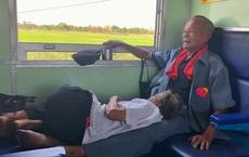 """Cụ ông kê chân cho bà nằm trên chuyến tàu xa: """"Đã chọn đúng người, thì cả đời này đâu cần phải lớn lên"""""""