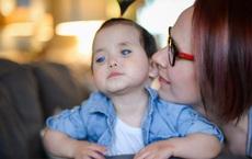 Bé gái có đôi mắt xanh thẳm khiến em khóc trong đau đớn 16 tiếng/ngày sau 1 năm nhận nuôi đã có sự thay đổi ngoạn mục