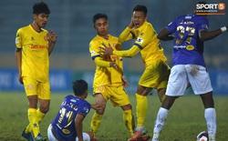 """Ngoại binh Hà Nội FC """"gạt tay trúng má"""" cầu thủ Nam Định, bị CĐV ném chai nước suýt trúng người"""