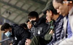 Cầu thủ Hà Nội FC gặp sự cố, ngồi cùng khán giả ở trận gặp CLB Nam Định