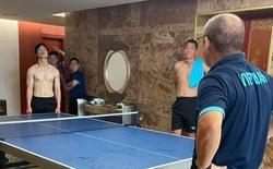 Công Phượng cởi trần đánh bóng bàn với HLV Park Hang-seo, Viên Minh trêu đùa: 'Lên tuyển hết cả mỡ bụng'