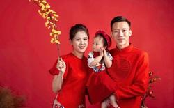 Quế Ngọc Hải cùng vợ xúng xính diện áo dài đỏ đón Tết, con gái nhỏ vẫn chiếm spotlight với biểu cảm ngơ ngác đáng yêu