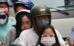"""Hàng nghìn người Sài Gòn """"mệt phờ"""" giữa nắng nóng và khói bụi do đóng hầm Thủ Thiêm"""
