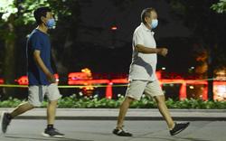 """Người dân Hà Nội tấp nập tập thể dục từ lúc 3h sáng để """"tránh"""" bị công an phạt"""
